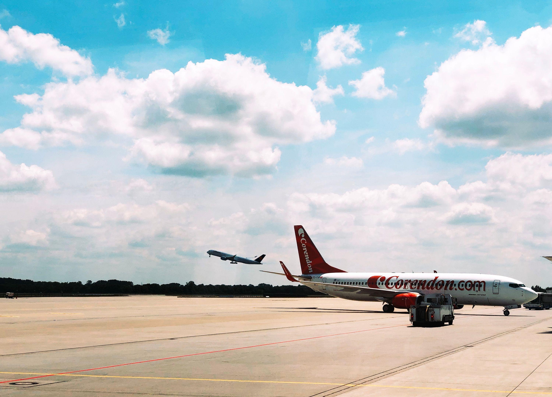 Startendes und parkendes Flugzeug
